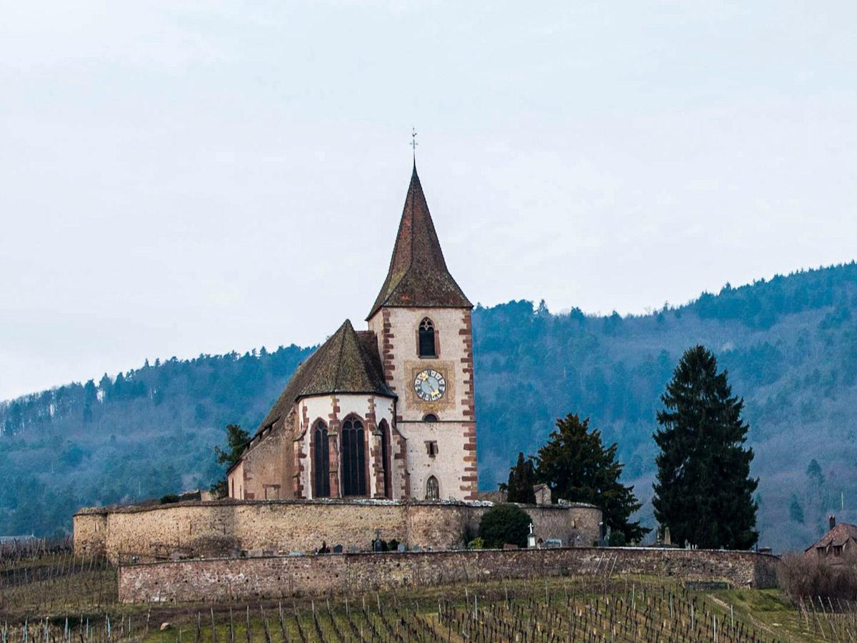 Sur le sentier des Grands Crus, l'église de Hunawihr