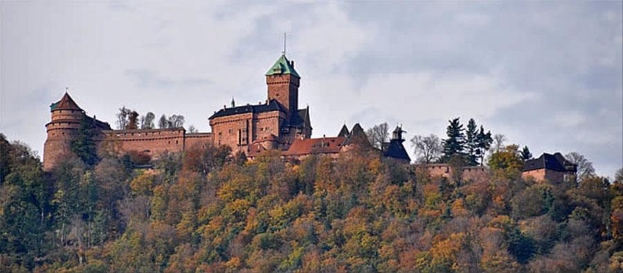 Château du Haut-Koenigsbourg sur son socle rocheux